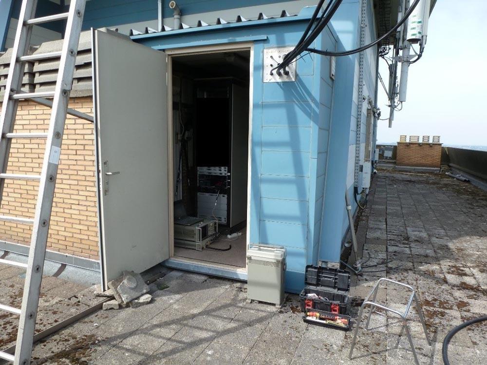 Entrée du shelter sur la toiture de la « Tour Europe » à Seraing (JO20SN) où se situent les électroniques des répéteurs ON0LG VHF et ON0LG UHF