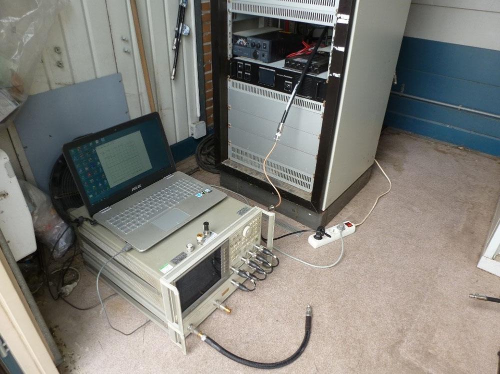 Un analyseur de réseau vectoriel est mis en batterie pour le réglage du circuit d'adaptation Z-Matcher placé à la sortie TX du rack répéteur