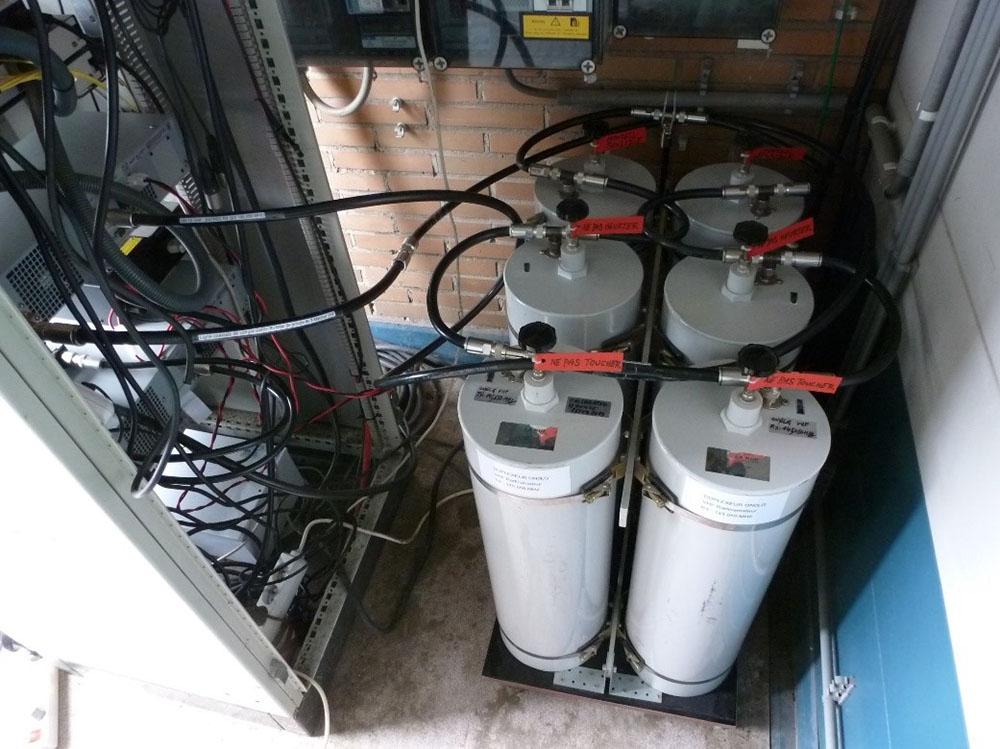 Le duplexeur est installé derrière l'armoire électronique.  Les câbles de liaison, tous repérés, sont raccordés vers le rack répéteur et vers le feeder d'antenne