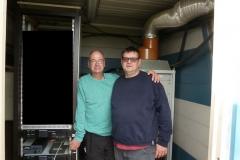 Paul ON6DP (à droite) et Jean-François ON4IJ (à gauche) à côté de l'armoire électronique lors de la remise en service du répéteur ON0LG VHF